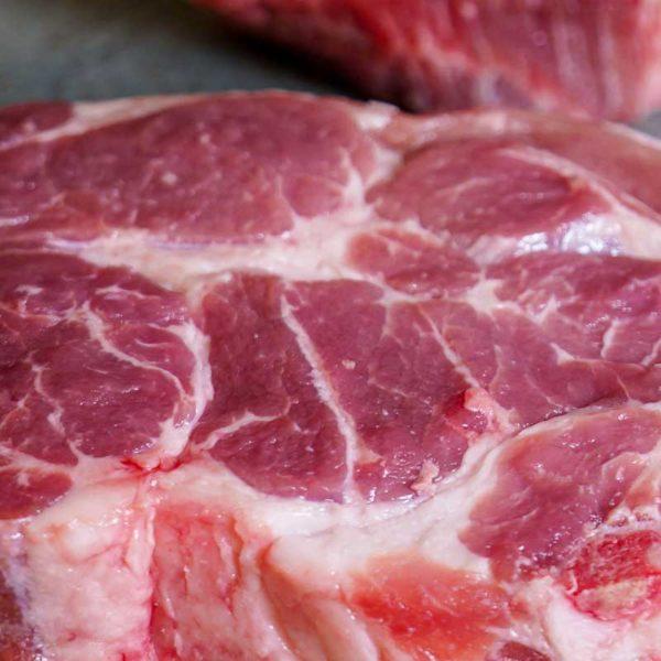 Duroc Schweinekamm mit Knochen aus dem Nacken_detail